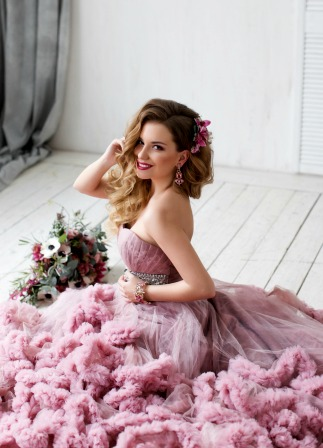 Luxury bride poses for photographer