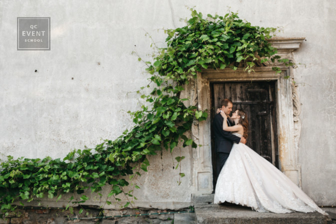 bride and groom photography at door of an old building after their wedding