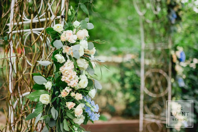 wire frame flower backdrop for wedding planners