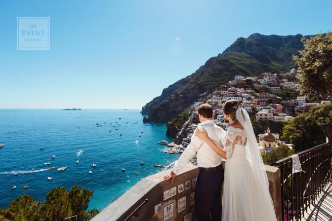 destination wedding couple overlooking the sea